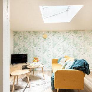 Imagen de salón papel pintado, escandinavo, pequeño, papel pintado, sin chimenea, con paredes verdes, suelo de contrachapado, suelo marrón y papel pintado