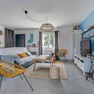ナントの中サイズのビーチスタイルのおしゃれなリビング (白い壁、セラミックタイルの床、グレーの床) の写真