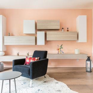 Réalisation d'un salon design avec un mur orange et un sol en bois clair.