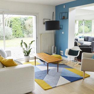 Idées déco pour un salon bord de mer ouvert et de taille moyenne avec une salle de réception, un mur blanc, un sol en bois clair et un sol beige.