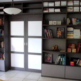 Inspiration pour un salon avec une bibliothèque ou un coin lecture traditionnel de taille moyenne avec un sol en carrelage de céramique.