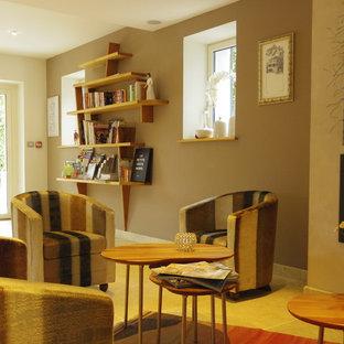 サンテティエンヌの広いトランジショナルスタイルのおしゃれなLDK (フォーマル、ベージュの壁、ライムストーンの床、標準型暖炉、漆喰の暖炉まわり、テレビなし) の写真