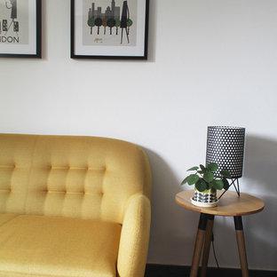 Imagen de salón abierto, actual, de tamaño medio, con paredes blancas, suelo de baldosas de cerámica, estufa de leña, televisor independiente y suelo gris