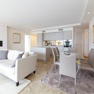 ニースの大きいトラディショナルスタイルのおしゃれなリビング (白い壁、セラミックタイルの床、吊り下げ式暖炉、ベージュの床) の写真