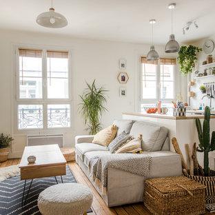 Idées déco pour un salon scandinave ouvert avec un mur blanc, un sol en bois brun, un téléviseur indépendant et un sol marron.
