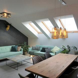 Idée de décoration pour un salon design ouvert avec un mur gris et un sol gris.