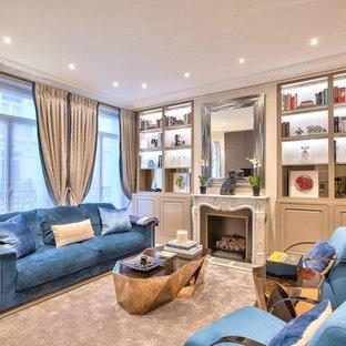 Exemple d'un salon tendance fermé avec une salle de réception, un mur beige, une cheminée standard et un sol beige.