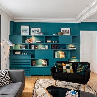 Exemple d'un grand salon tendance fermé avec aucune cheminée, aucun téléviseur, un sol en bois clair et un mur bleu.
