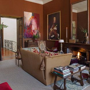 Aménagement d'un salon avec une bibliothèque ou un coin lecture classique de taille moyenne et fermé avec une cheminée standard, un manteau de cheminée en métal, aucun téléviseur, moquette et un mur marron.