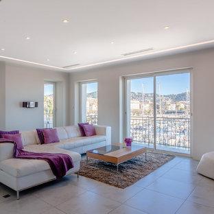 Idées déco pour un salon contemporain ouvert avec un mur blanc et un sol beige.