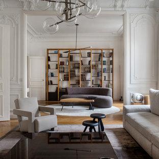 Cette image montre un salon design fermé avec un mur blanc, un sol en bois brun et un sol marron.