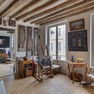 Réalisation d'un salon bohème de taille moyenne et ouvert avec un mur blanc, un sol en bois clair, un sol beige, aucune cheminée et aucun téléviseur.