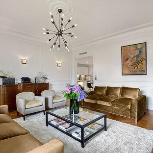 Exemple d'un grand salon chic ouvert avec un mur blanc, un sol en bois clair et un manteau de cheminée en pierre.