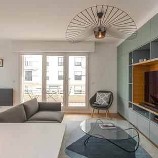 Cette image montre un salon design ouvert avec un mur blanc, aucune cheminée, un téléviseur indépendant, un sol en bois brun et un sol marron.