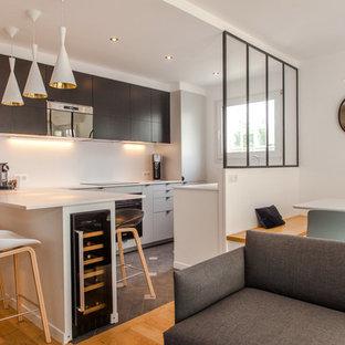 Idées déco pour un salon contemporain avec un sol en carrelage de céramique et un sol gris.