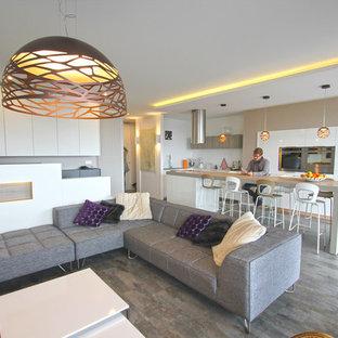 Immagine di un soggiorno contemporaneo di medie dimensioni e aperto con libreria, pareti bianche, pavimento in laminato, nessun camino, parete attrezzata e pavimento grigio
