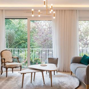 Inspiration pour un salon nordique de taille moyenne et ouvert avec un mur blanc, un sol en bois clair, aucune cheminée, un sol beige et un téléviseur indépendant.