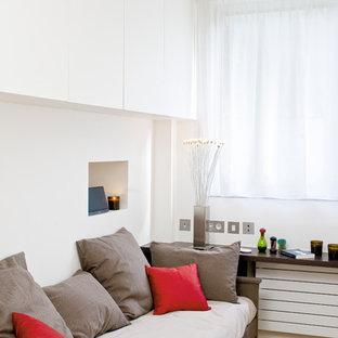 Inspiration pour un salon design avec un mur blanc et un sol en bois brun.