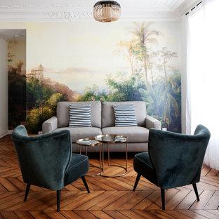 Cette photo montre un salon tendance de taille moyenne et ouvert avec un mur multicolore, un sol en bois brun, aucune cheminée, aucun téléviseur et un sol marron.