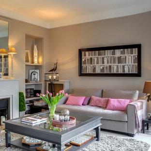 パリの大きいサンタフェスタイルのおしゃれなLDK (グレーの壁、塗装フローリング、漆喰の暖炉まわり、白い床) の写真