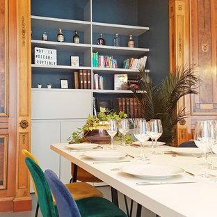 Esempio di un grande soggiorno minimal con pavimento in linoleum, camino classico, cornice del camino in legno, TV autoportante e pavimento grigio