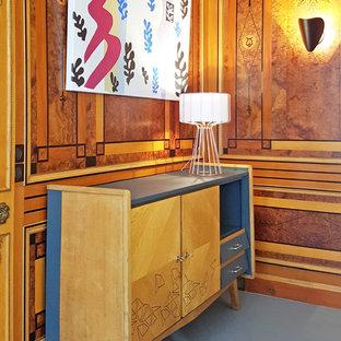 パリの広いコンテンポラリースタイルのおしゃれなリビング (リノリウムの床、標準型暖炉、木材の暖炉まわり、据え置き型テレビ、グレーの床) の写真