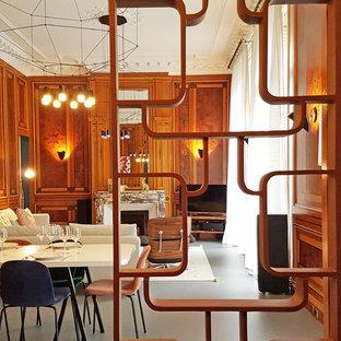 Ispirazione per un grande soggiorno design con pavimento in linoleum, camino classico, cornice del camino in legno, TV autoportante e pavimento grigio