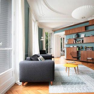 Inspiration pour un grand salon design fermé avec une salle de réception, un sol en bois clair, un mur vert, aucune cheminée et aucun téléviseur.