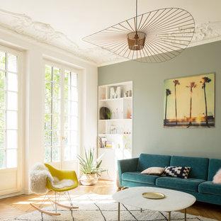 Exemple d'un grand salon scandinave ouvert avec un mur blanc, un sol en bois brun et un sol marron.