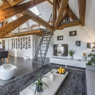 Aménagement d'un salon contemporain ouvert avec un mur blanc, une cheminée standard, un manteau de cheminée en métal et un sol gris.