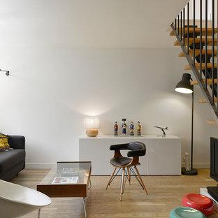 Aménagement d'un salon scandinave de taille moyenne et fermé avec une salle de réception, un mur blanc, un sol en bois clair et un téléviseur indépendant.