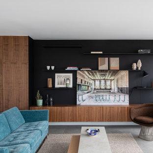 Exemple d'un grand salon avec une bibliothèque ou un coin lecture tendance en bois ouvert avec un mur marron, un sol en carrelage de céramique, aucune cheminée, un sol gris et un plafond décaissé.