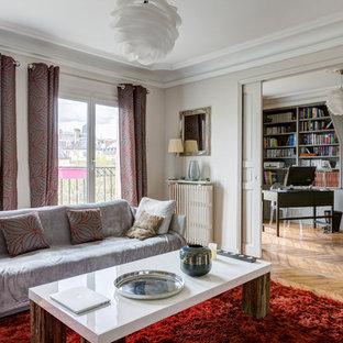 Réalisation d'un salon avec une bibliothèque ou un coin lecture design fermé et de taille moyenne avec un mur blanc, un sol en bois foncé et aucun téléviseur.