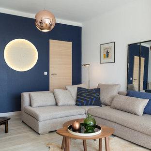 Ispirazione per un soggiorno minimal di medie dimensioni e chiuso con pareti blu, parquet chiaro, nessun camino, nessuna TV e sala formale