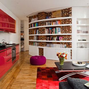 Foto di un soggiorno design aperto e di medie dimensioni con pavimento in legno massello medio, libreria, pareti bianche, nessun camino e nessuna TV