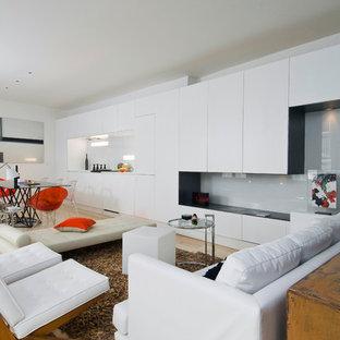Aménagement d'un salon scandinave ouvert et de taille moyenne avec un mur blanc, un sol en bois clair, aucune cheminée, aucun téléviseur et une salle de réception.