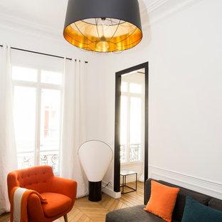 Idée de décoration pour un salon minimaliste de taille moyenne et fermé avec un mur blanc, un sol en bois clair, une salle de réception, aucune cheminée, aucun téléviseur et un sol beige.