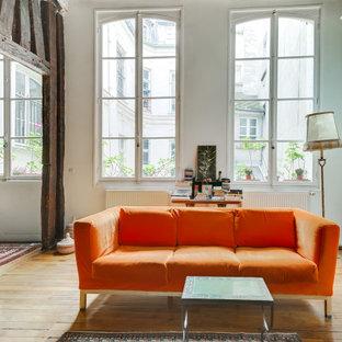 Idee per un grande soggiorno design con pareti bianche, parquet chiaro, camino bifacciale e travi a vista