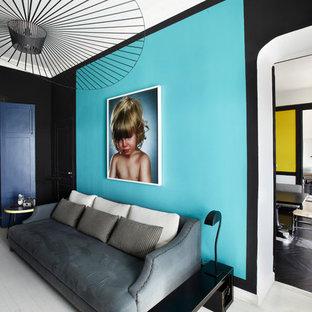 Repräsentatives, Abgetrenntes, Großes, Fernseherloses Modernes Wohnzimmer ohne Kamin mit blauer Wandfarbe und gebeiztem Holzboden in Paris