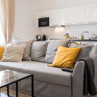 Aménagement d'un petit salon contemporain ouvert avec un mur blanc, un sol en bois brun et un sol marron.