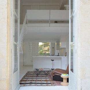 Idées déco pour un petit salon contemporain avec un mur blanc, aucune cheminée et aucun téléviseur.