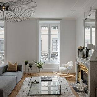 Idées déco pour un salon contemporain fermé avec une salle de réception, un mur blanc, un sol en bois clair, une cheminée standard, un manteau de cheminée en carrelage et un sol beige.