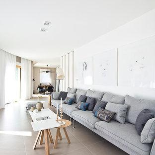 Réalisation d'un grand salon gris et blanc design ouvert avec une salle de réception, un mur blanc, un sol en carrelage de céramique, aucune cheminée et aucun téléviseur.