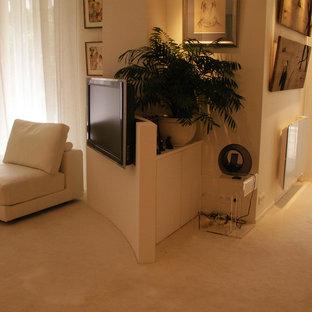 パリの大きいトランジショナルスタイルのおしゃれなリビング (白い壁、カーペット敷き、据え置き型テレビ、白い床) の写真