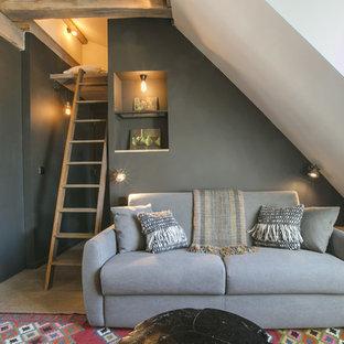 Aménagement d'un salon éclectique avec un mur gris et un sol en bois clair.
