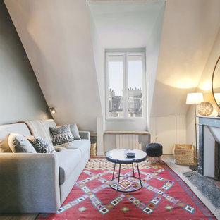 Exemple d'un salon éclectique de taille moyenne avec une salle de réception, un mur blanc, un sol en bois clair, une cheminée standard, un manteau de cheminée en pierre et aucun téléviseur.