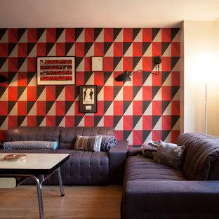Idées déco pour un salon industriel de taille moyenne et ouvert avec un mur multicolore, un sol en bois brun, aucune cheminée et aucun téléviseur.