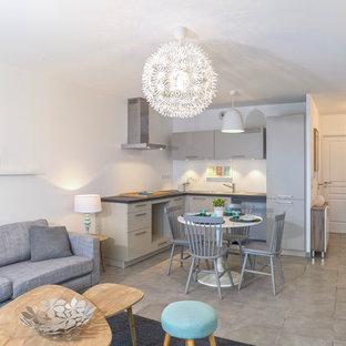 Esempio di un piccolo soggiorno scandinavo aperto con pareti bianche, pavimento con piastrelle in ceramica, nessun camino e nessuna TV