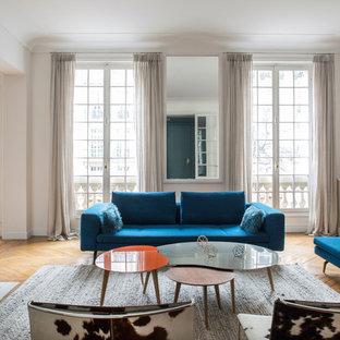 Inspiration pour un grand salon design fermé avec une salle de réception, un mur blanc, un sol en bois brun, une cheminée standard, un manteau de cheminée en pierre et aucun téléviseur.