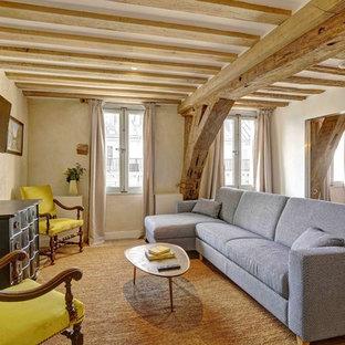 Idée de décoration pour un salon tradition avec un mur blanc, un sol en bois brun, un téléviseur fixé au mur et un sol marron.